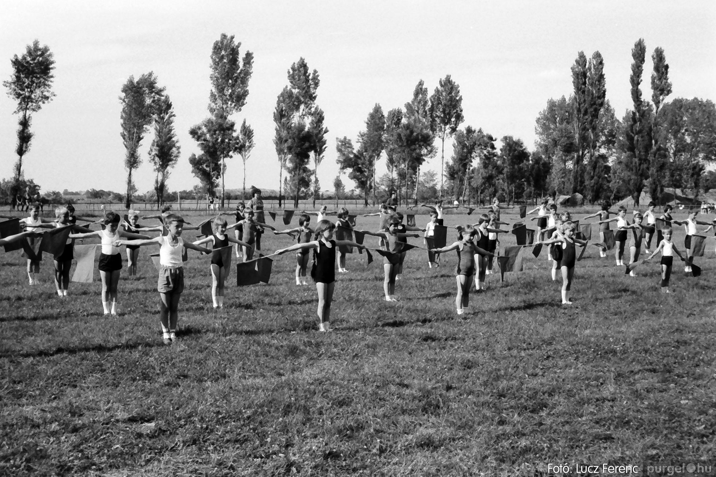 017 1975.04. Május elsejei tornabemutató főpróbája a sportpályán 030 - Fotó: Lucz Ferenc IMG00031q.jpg