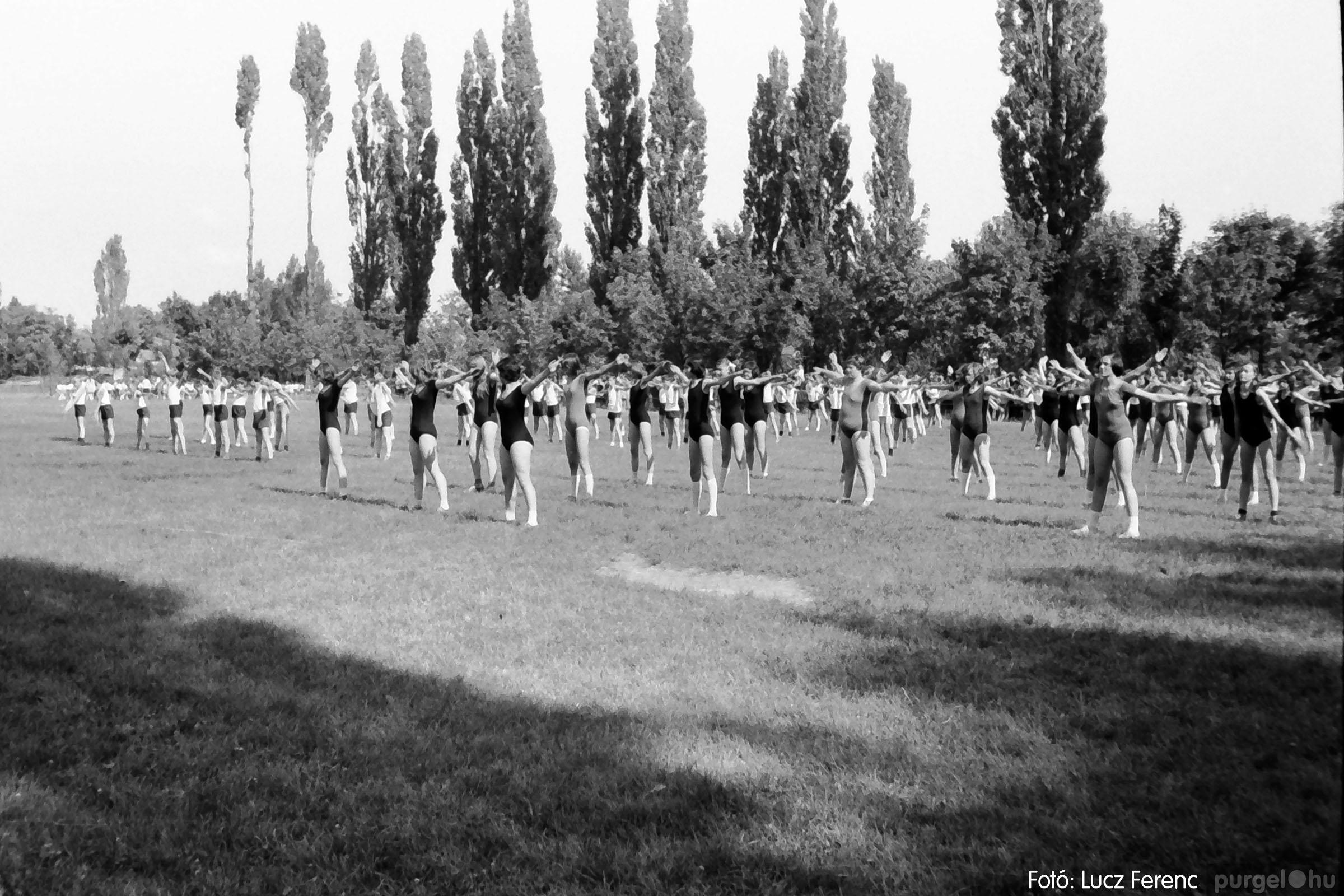017 1975.04. Május elsejei tornabemutató főpróbája a sportpályán 023 - Fotó: Lucz Ferenc IMG00024q.jpg