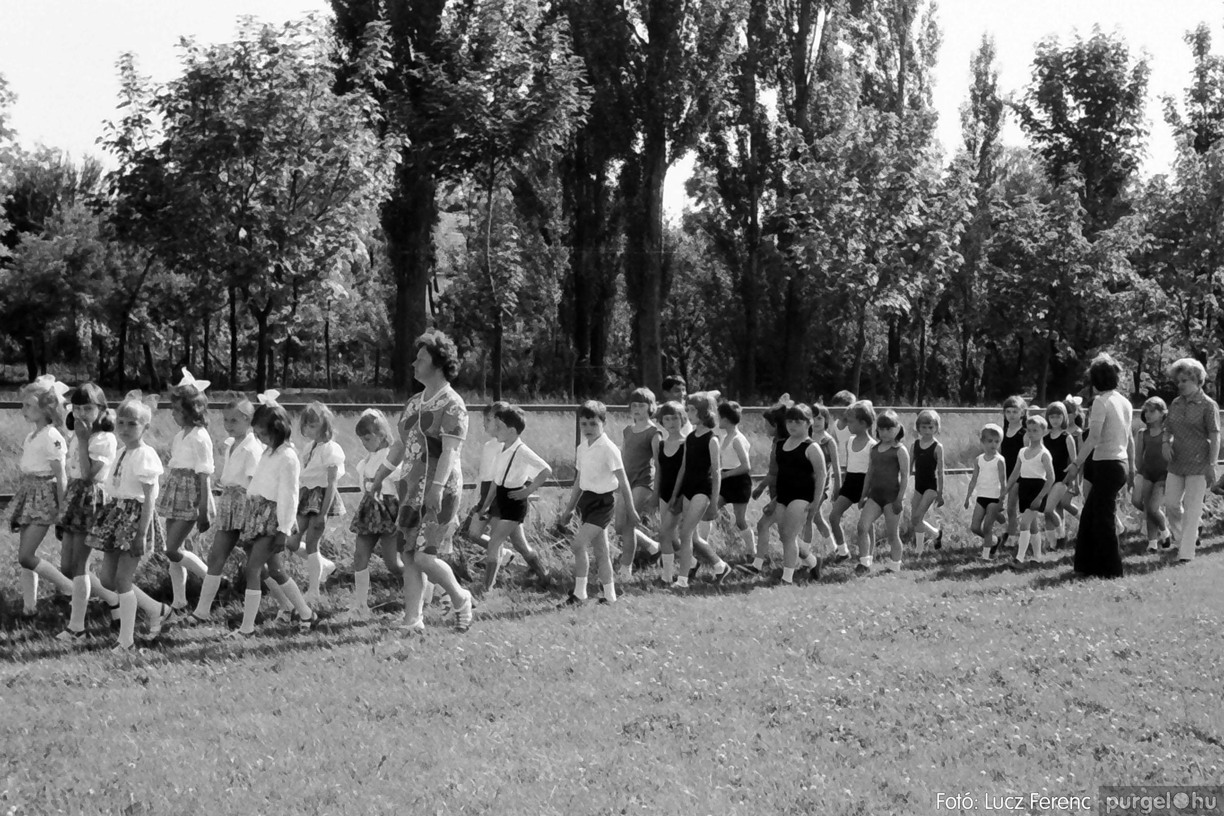 017 1975.04. Május elsejei tornabemutató főpróbája a sportpályán 016 - Fotó: Lucz Ferenc IMG00017q.jpg