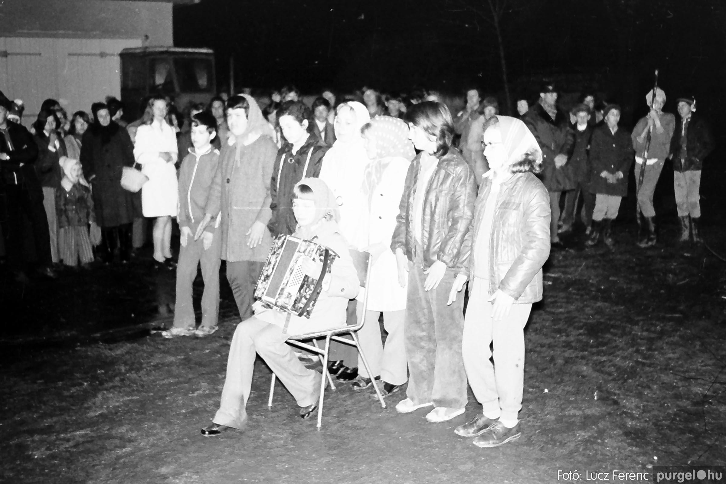 009 1975.04. Tűzgyújtás a kultúrház előtt 006 - Fotó: Lucz Ferenc IMG00189q.jpg