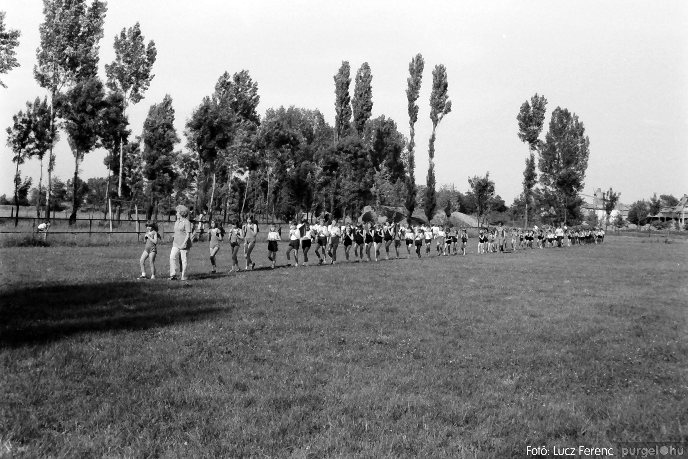 017 1975.04. Május elsejei tornabemutató főpróbája a sportpályán 028 - Fotó: Lucz Ferenc IMG00029q.jpg