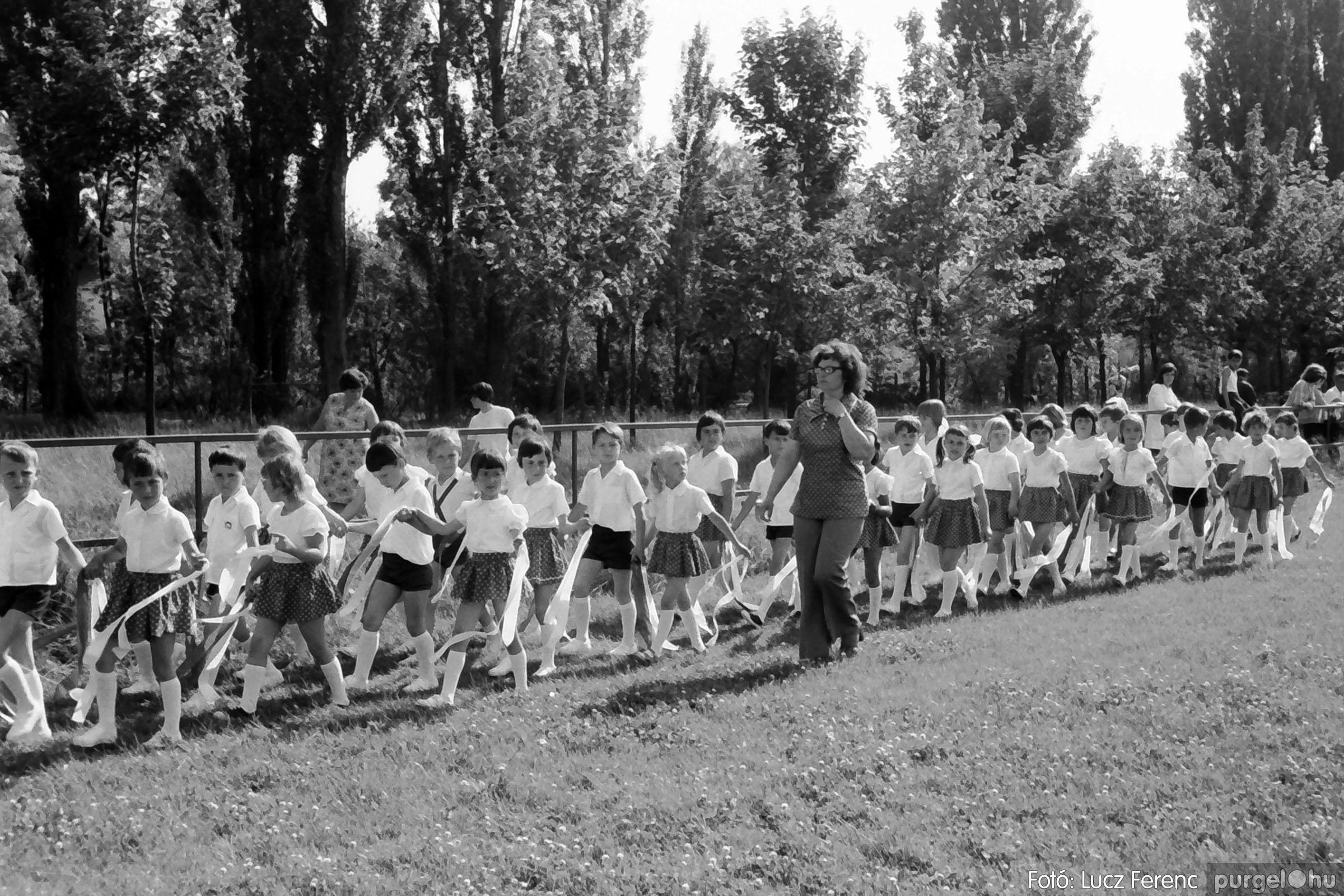 017 1975.04. Május elsejei tornabemutató főpróbája a sportpályán 022 - Fotó: Lucz Ferenc IMG00023q.jpg