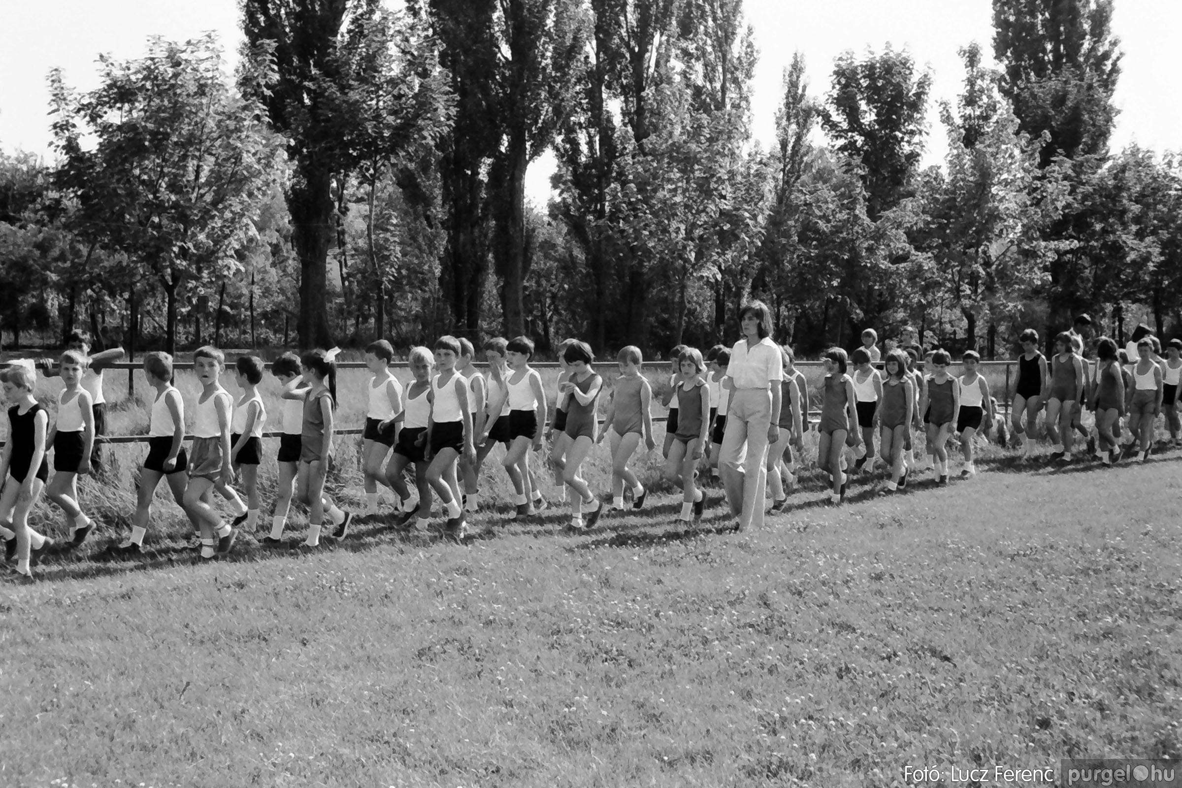 017 1975.04. Május elsejei tornabemutató főpróbája a sportpályán 017 - Fotó: Lucz Ferenc IMG00018q.jpg