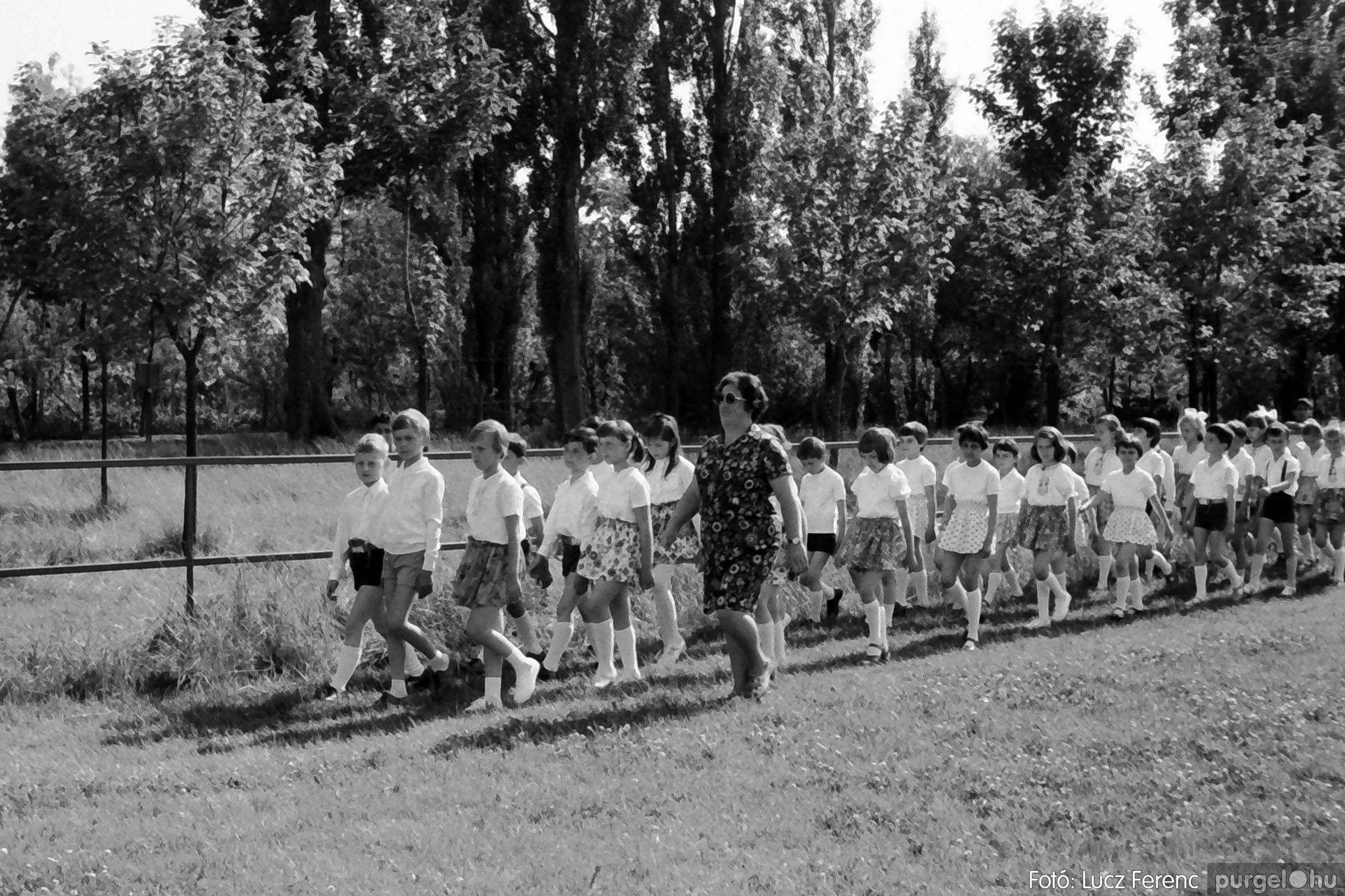 017 1975.04. Május elsejei tornabemutató főpróbája a sportpályán 015 - Fotó: Lucz Ferenc IMG00016q.jpg