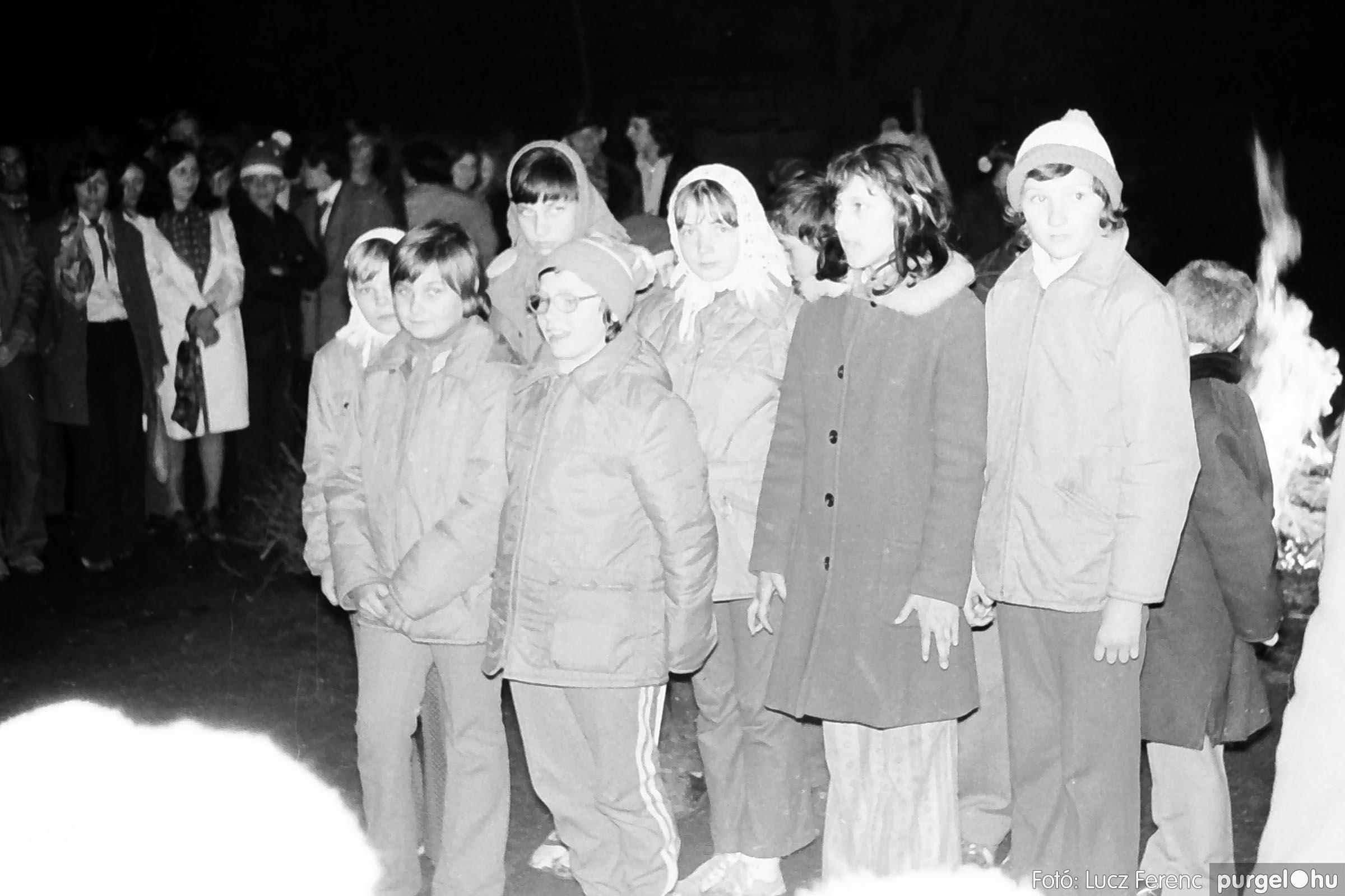 009 1975.04. Tűzgyújtás a kultúrház előtt 007 - Fotó: Lucz Ferenc IMG00190q.jpg