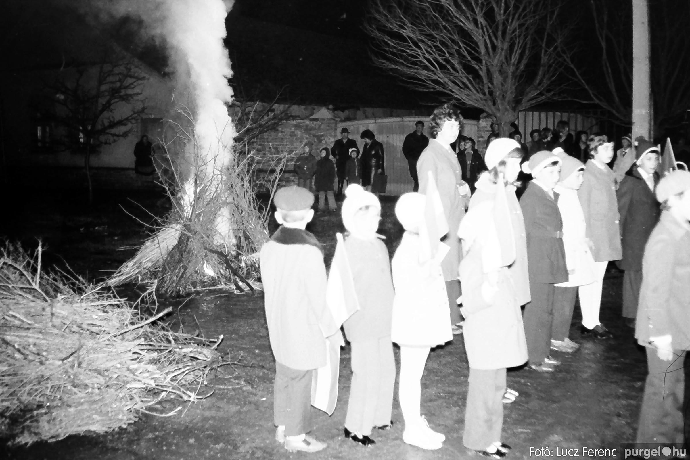 009 1975.04. Tűzgyújtás a kultúrház előtt 003 - Fotó: Lucz Ferenc IMG00185q.jpg
