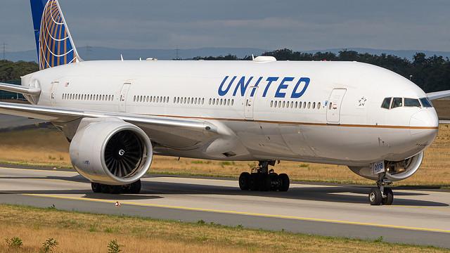 N37018 United Airlines Boeing 777-224(ER)