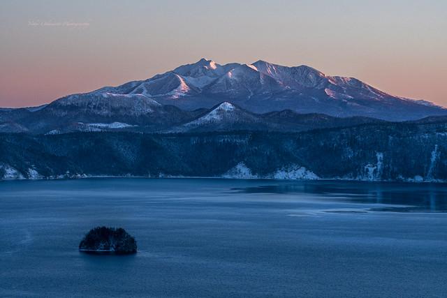 摩周湖から見る斜里岳              Mt. Shari seen from Lake Mashu