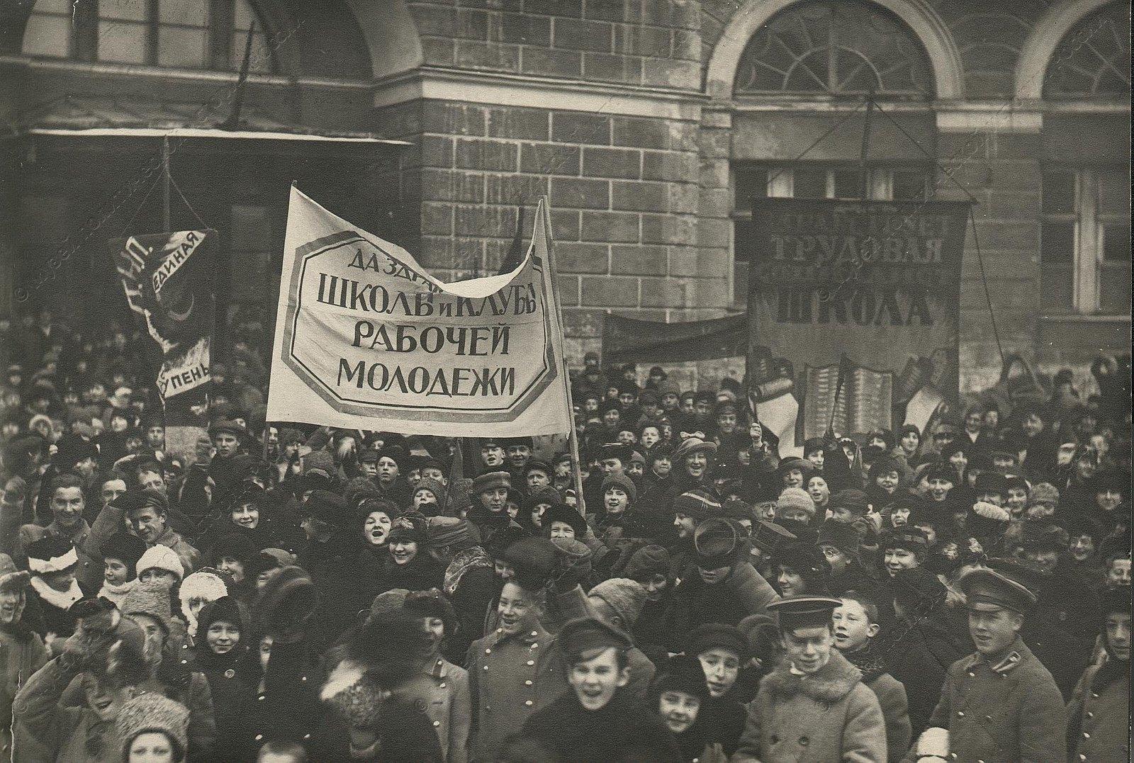 1919-1920. Дети на демонстрации под лозунгами «Да здравствует трудовая социалистическая школа»