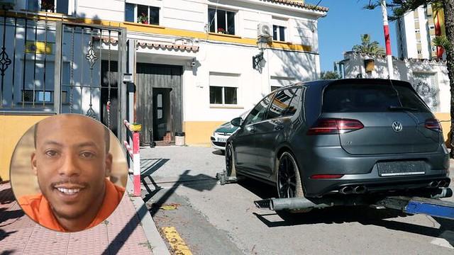 El coche del sospechoso, El Melillero, con una foto suya reciente. / EFE/ M.R.M.