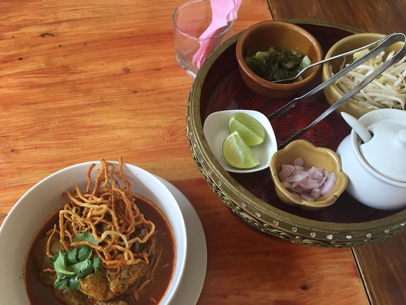 サムイ島でカオソーイを食べる2021