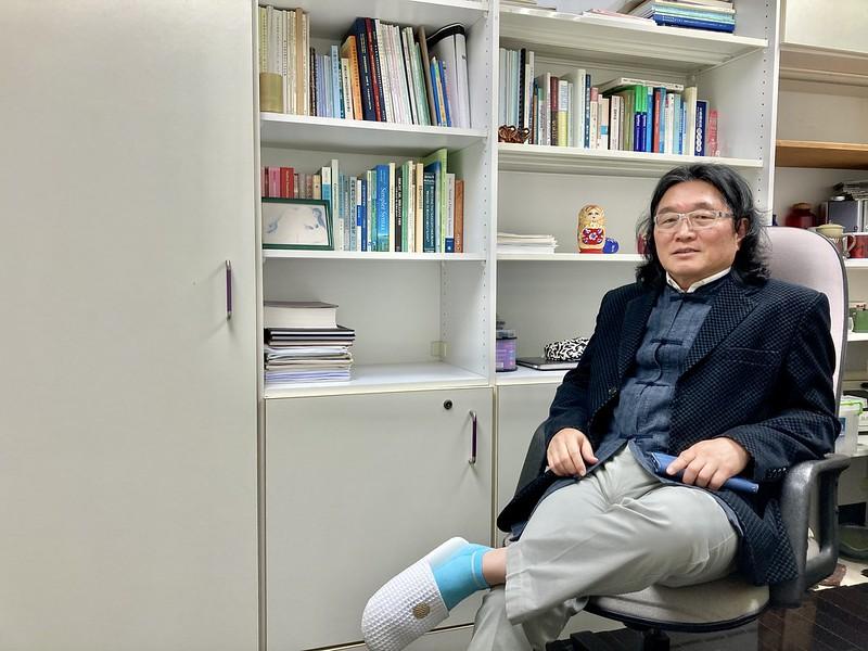 何萬順教授評論「2030雙語國家」政策。圖/楊紫葳攝