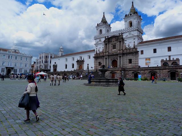 La plaza de San Francisco es uno de los lugares esenciales que ver en Quito