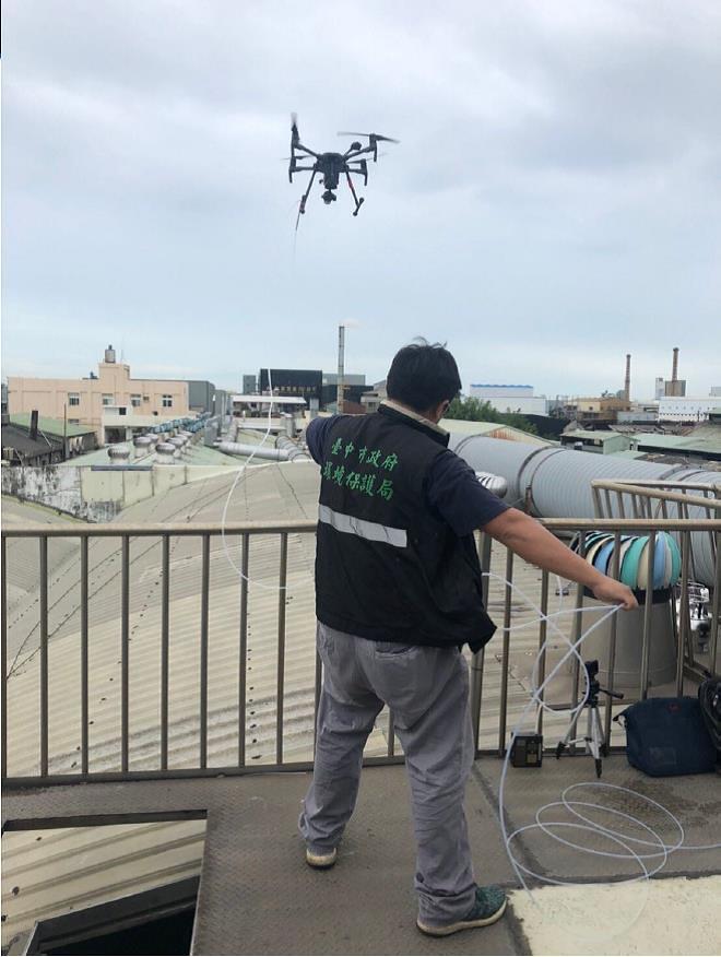 行動當日首創以無人機搭載採樣管線-克服人員無法靠近不明管道排放口進行採樣的限制