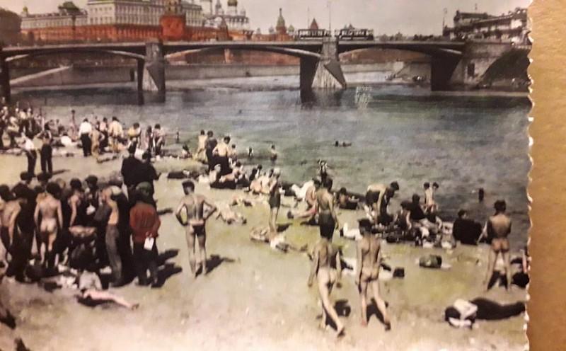 Купающиеся на Пречистенской набережной Москвы-реки. Предположительно 1925 г.