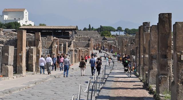 La foule via dell'Abbondanza, decumanus de Pompéi, Campanie, Italie.