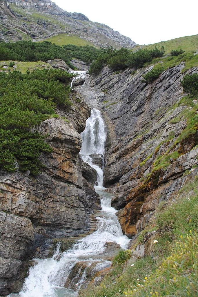 Pieni vesiputous Stelvion solan vuoristoreitillä