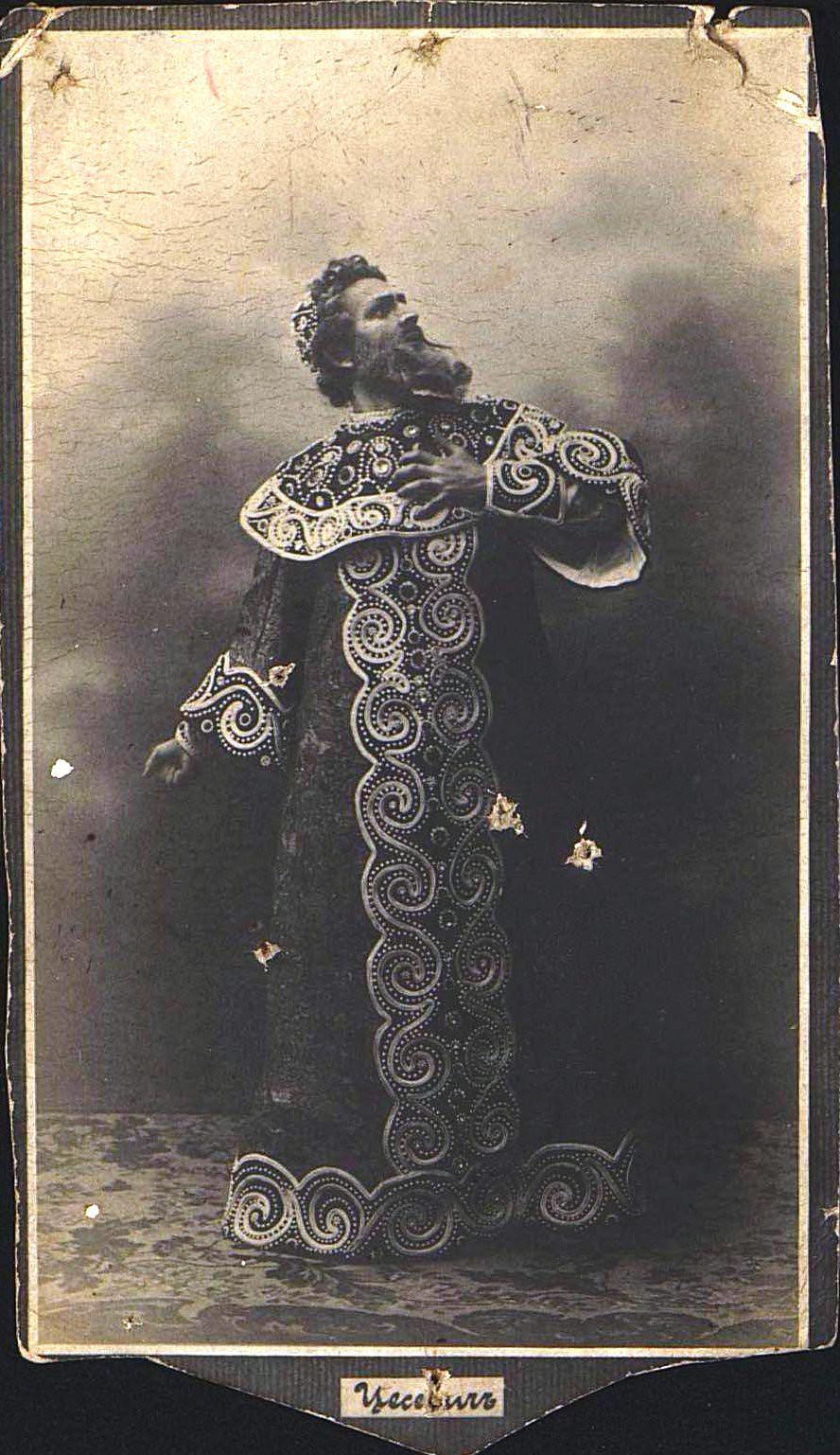 Цесевич Платон Иванович, ведущий артист Одесского оперного театра, в роли Бориса Годунова в одноимённой опере. Не позднее 13 декабря 1910