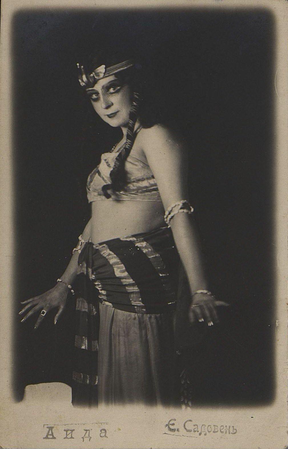 Садовень Е., артистка Одесского оперного театра в роли Амнерис в опере Верди «Аида». 1916-1918 гг.