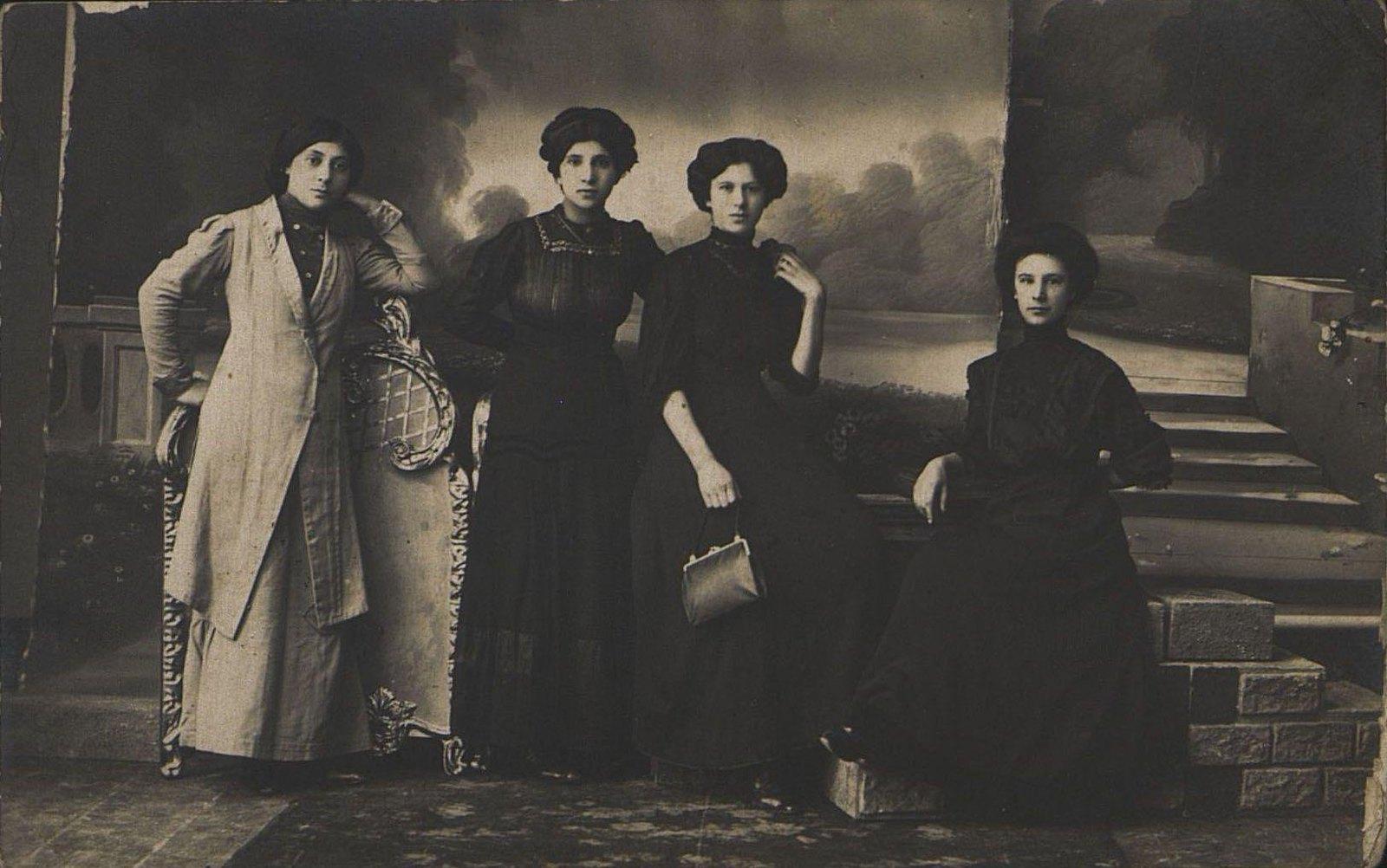 Роза (фамилия неизвестна), Крижановская, Нижегородова и Денисова Е.Н., работницы Одесской табачной фабрики.1907-1914 гг.