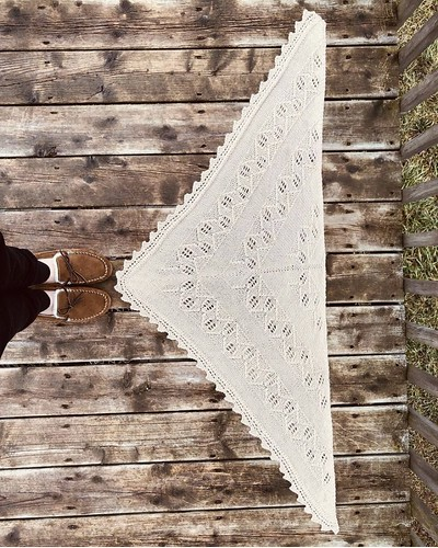 Diane (@boujeeknits) finished her Canopy Shawl by Melody Hoffmann. Knit using The Fibre Company Road to China Light.