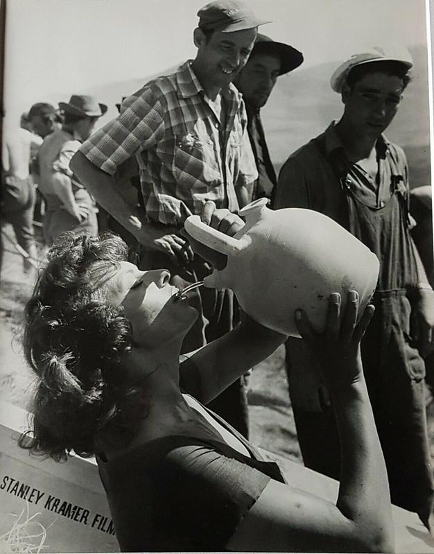 Orgullo y Pasión. Sophia Loren bebe de un botijo. Foto de Federico Patellani en julio de 1956.