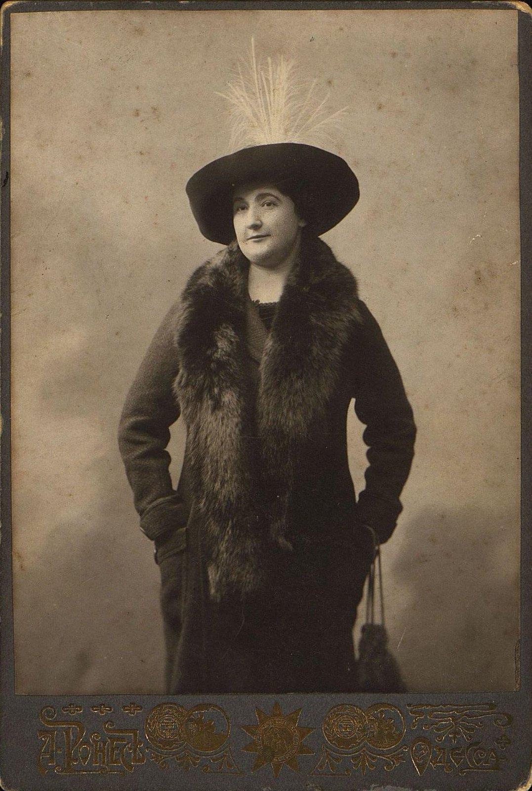 Шаневская Елена Аверьяновна, закройщица-костюмерша Одесского городского оперного театра. 1910