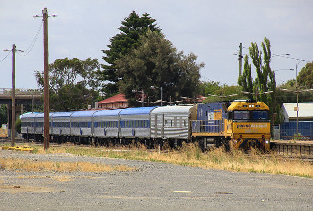 NR113 pauses due to running well ahead of time at Horsham station on the Overland