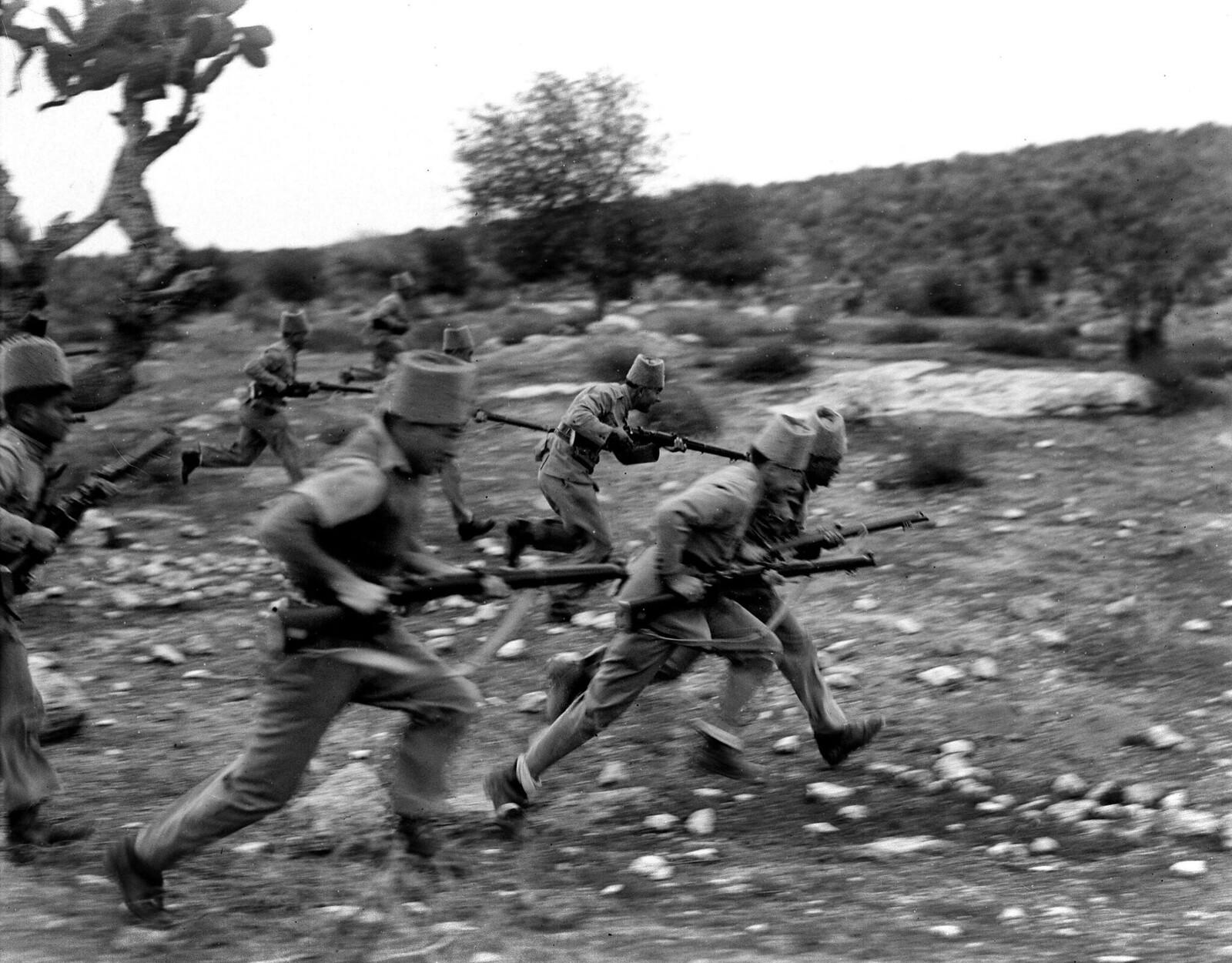 20. 1938. Члены полиции еврейских поселений выступают против арабских мародеров возле кибуца Рамат Давид. 13 декабря