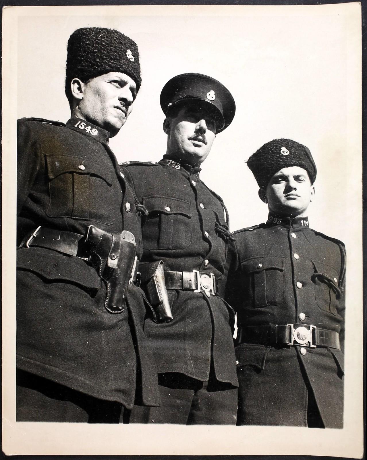 12. 1938. Трое полицейских из Акко. слева направо арабский, британский и еврейский офицеры, 3 января
