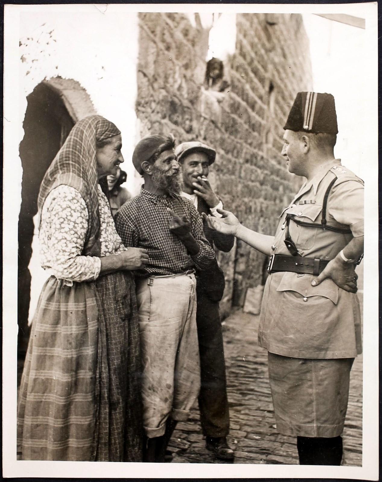09. 1938. Суперинтендант полиции Британской Палестины А. Х. Сильвер беседует с группой евреев в Старом городе Иерусалима, 27 октября