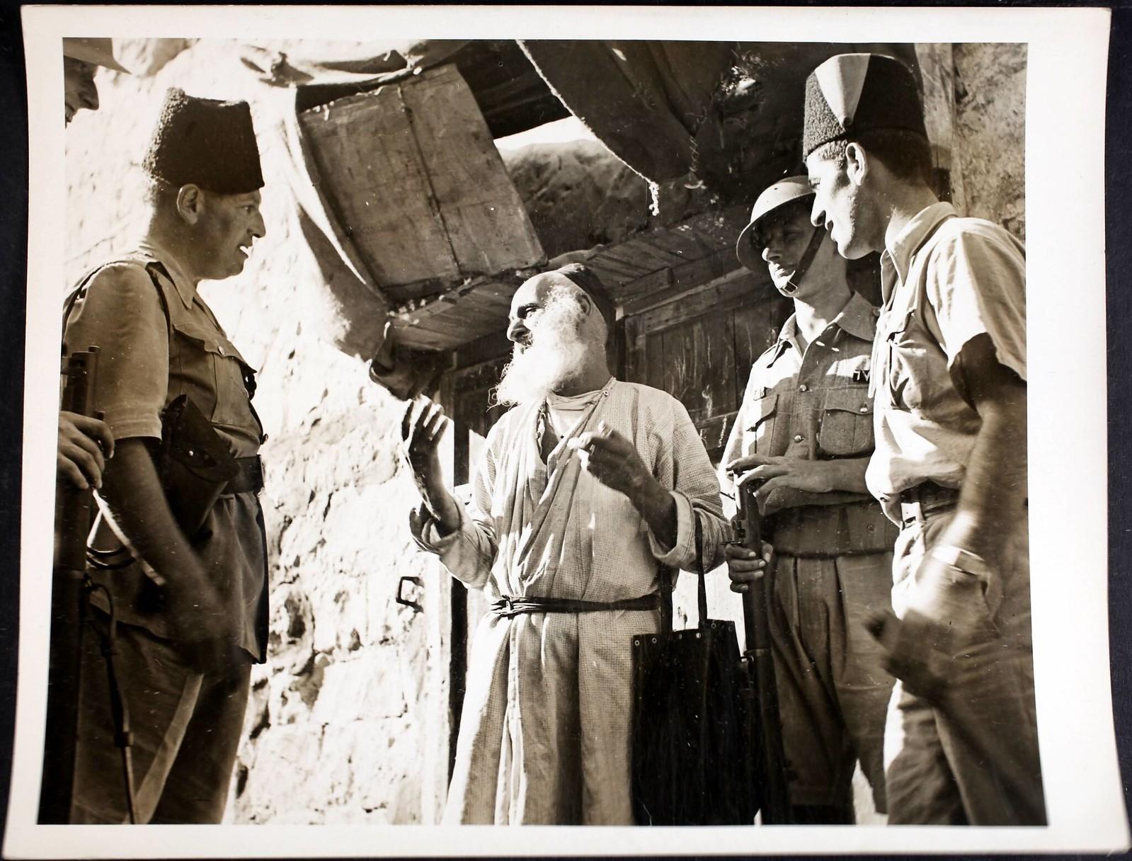 08. 1938. Суперинтендант полиции Британской Палестины А. Х. Сильвер разговаривает с 91-летним евреем, который просит хлеба в Старом городе Иерусалима, 27 октября.