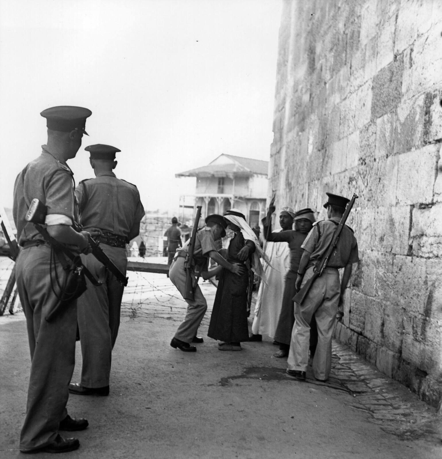 07. 1938. Британские войска обыскивают арабов в Иерусалиме во время комендантского часа. Октябрь