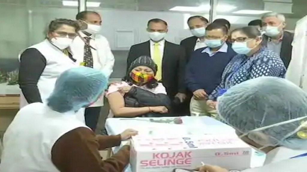 केजरीवाल ने LNJP अस्पताल में लिया Covid-19 वैक्सीनेशन का जायजा