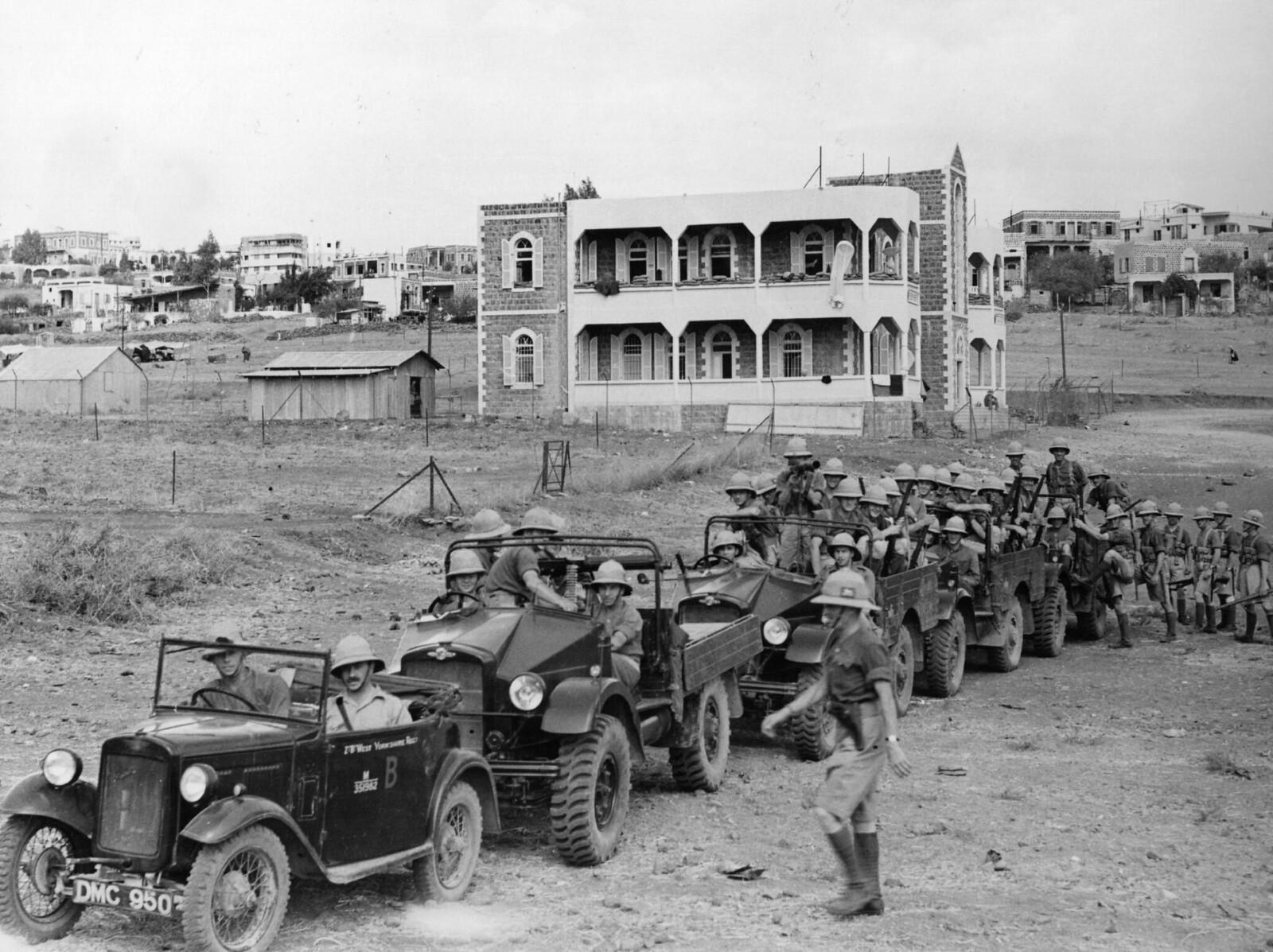 10. 1938. Недавние взрывы бомб в Палестине, от которых пострадали как евреи, так и арабы, вынудили власти направить дополнительные войска в очаги конфликта. Британская колонна собирается покинуть Тверию. 16 июля