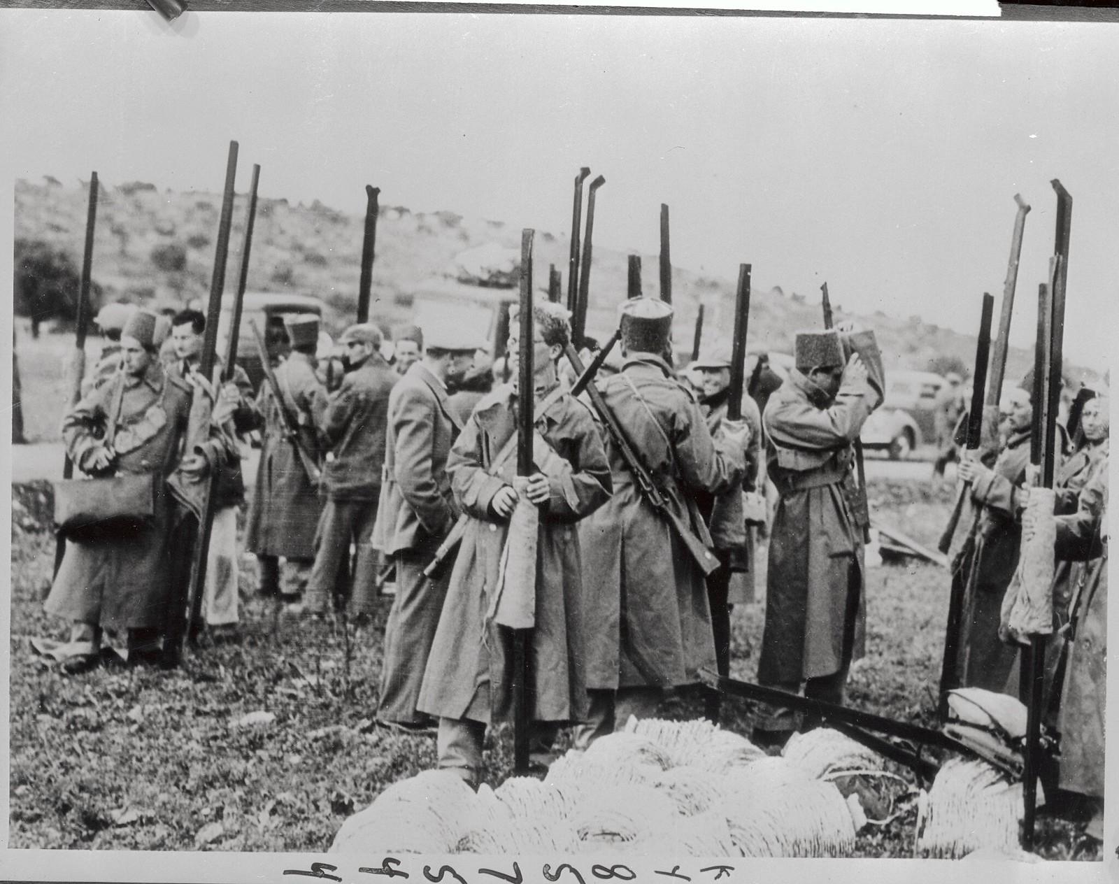18. 1938. Члены корпуса защиты еврейских поселенцев с колючей проволокой и железными столбами забора отправляются на возведение заграждений, которые должны защитить свои дома от мародерствующих арабских банд 12 октября