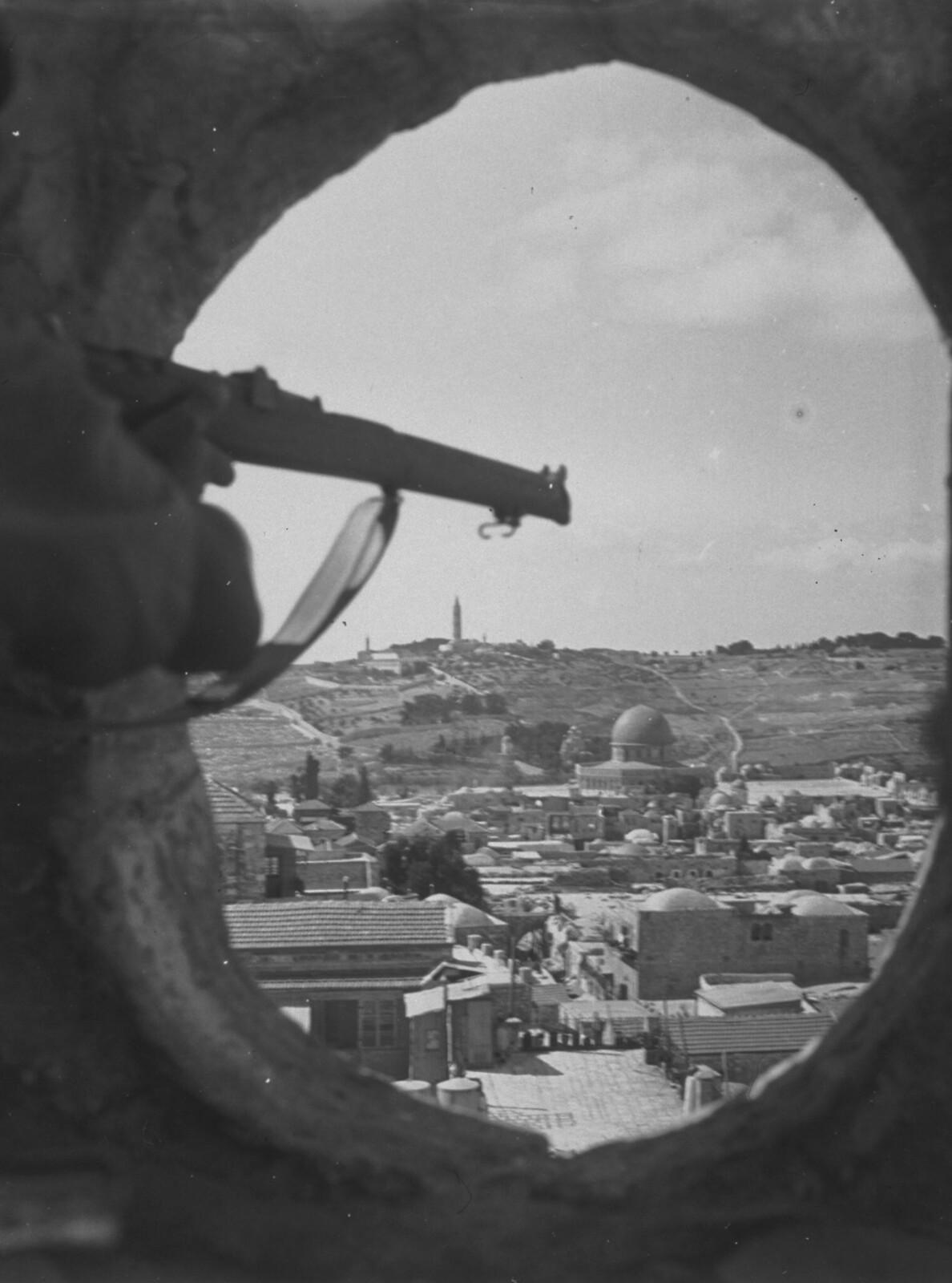 15. 1938. Британский солдат охраняет Старый город. Иерусалим