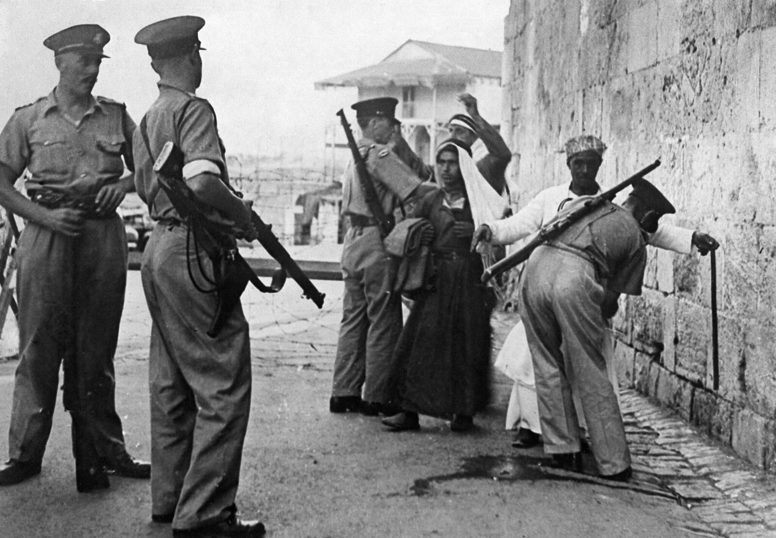 06. 1938. Британские военные обыскивают арабов в поисках оружия у въезда в старый город Иерусалима (Яффские ворота), 23 ноября
