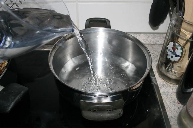 24 - Bring water for rice to a boil / Wasser für Reis erhitzen
