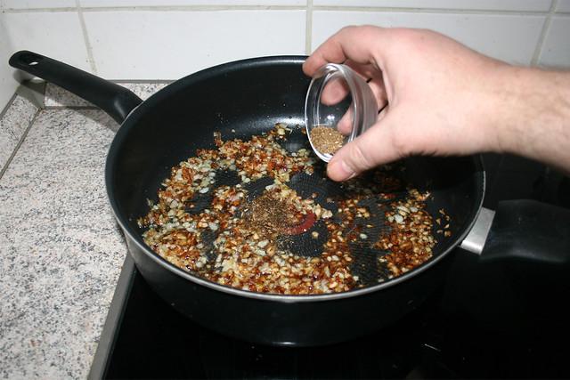 25 - Add crushed cardamom & cumin / Zermörserten Kardamom & Kreuzkümmel addieren