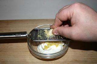 03 - Grate garlic / Knoblauch reiben