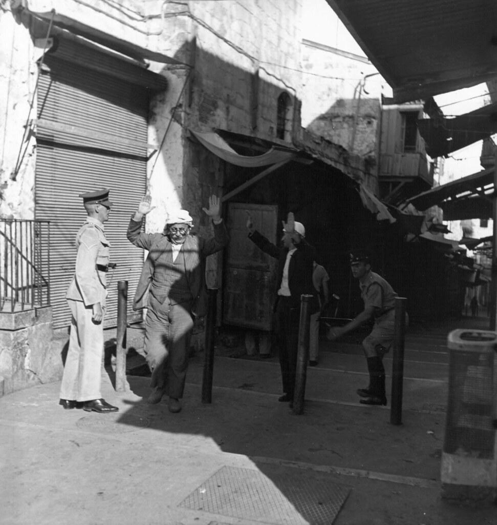 24. Иерусалим. Британские войска обыскивают арабов во время комендантского часа. 1 октября