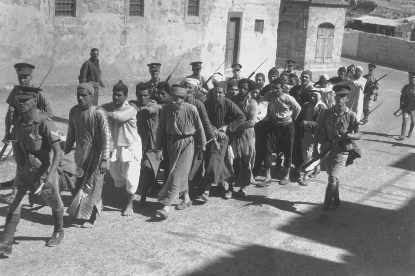 23. 1938. Цепочка заключенных отправляются в тюрьму в Иерусалиме во время комендантского часа. 26 октября