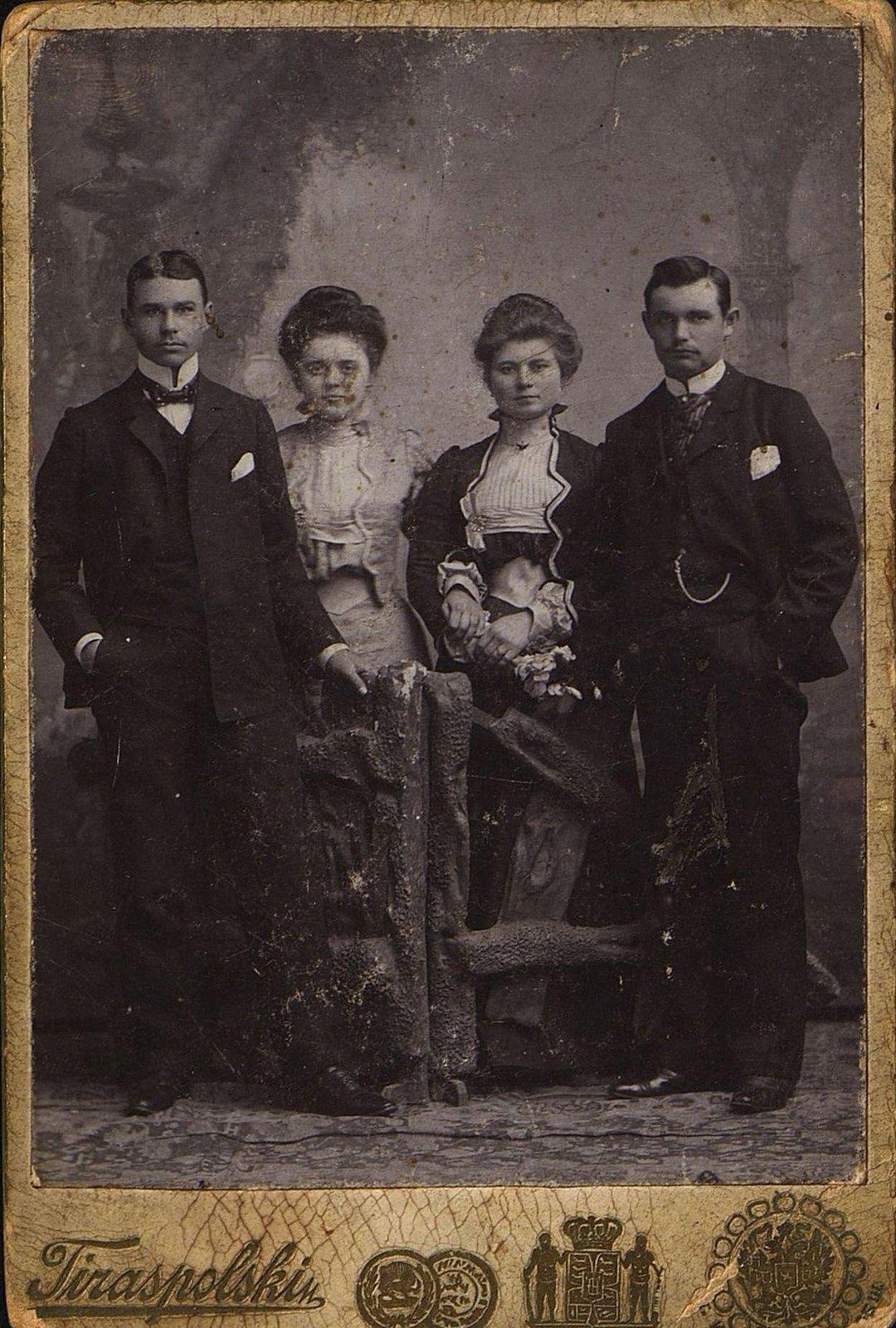 Катеринич Карп Алексеевич среди родственников и товарищей. 1899