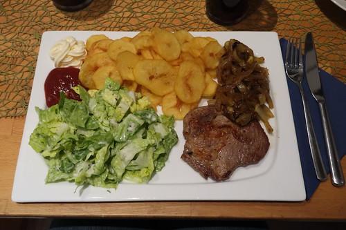Frittierte Kartoffelscheiben zu Romanasalat und Nackensteaks mit geschmorten Zwiebeln (mein Teller)