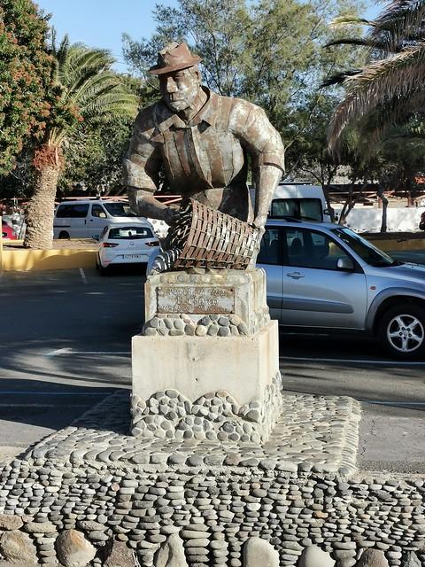 escultura estatua Pesca de la Lisa escultor Ignacio Martín Suárez Parque de El Charco La Aldea de San Nicolás de Tolentino Gran Canaria