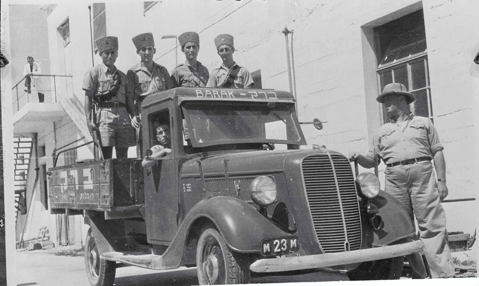29. 1938. «Таких охранников должен использовать каждый еврейский бизнес или завод в Палестине для защиты своих сотрудников от арабских банд - как в городах, так и в поселениях. Этот грузовик с еврейскими полицейскими принадлежит производственной компании