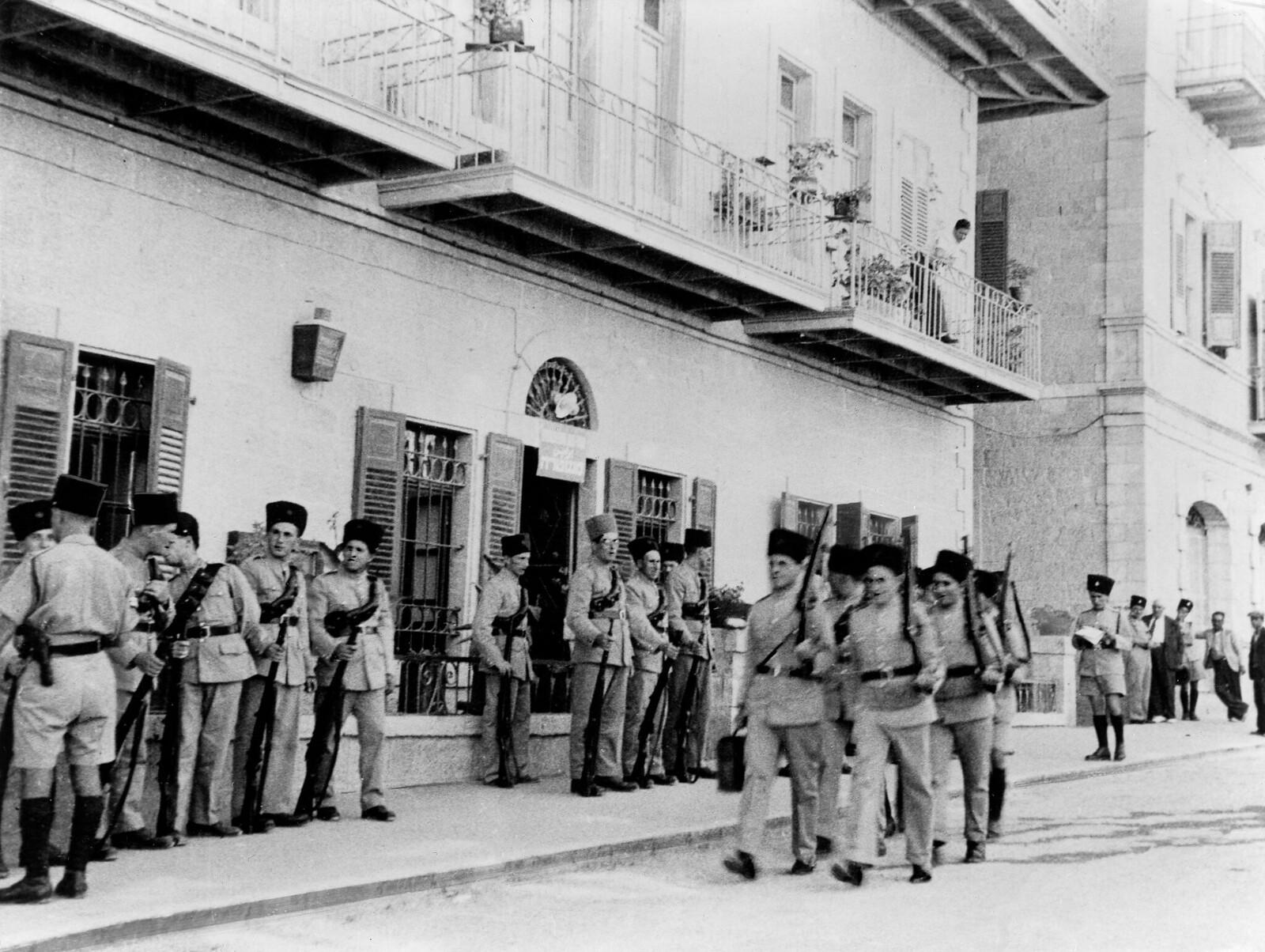 28. 1938. Еврейская добровольная полиция получает инструкции в Иерусалиме