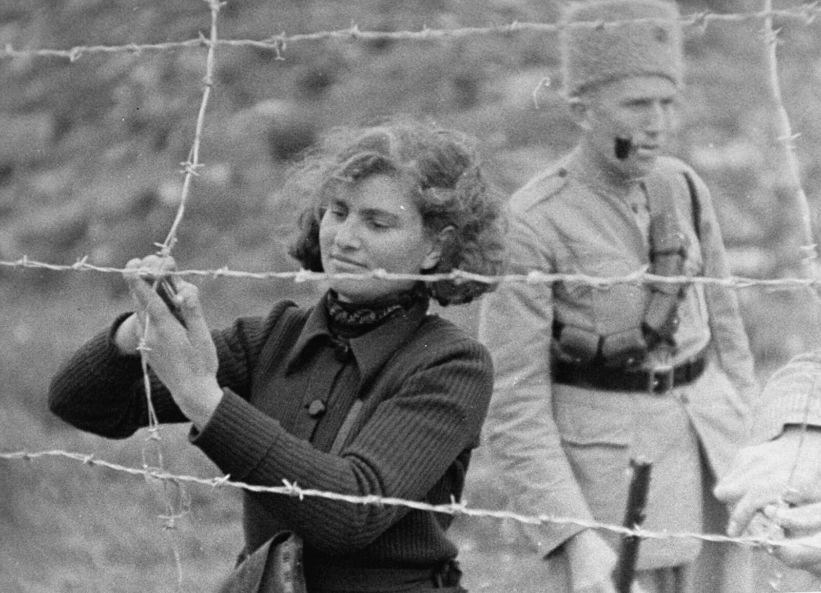 27. Еврейские поселенцы возводят ограждения для защиты от нападений арабскх мародеров