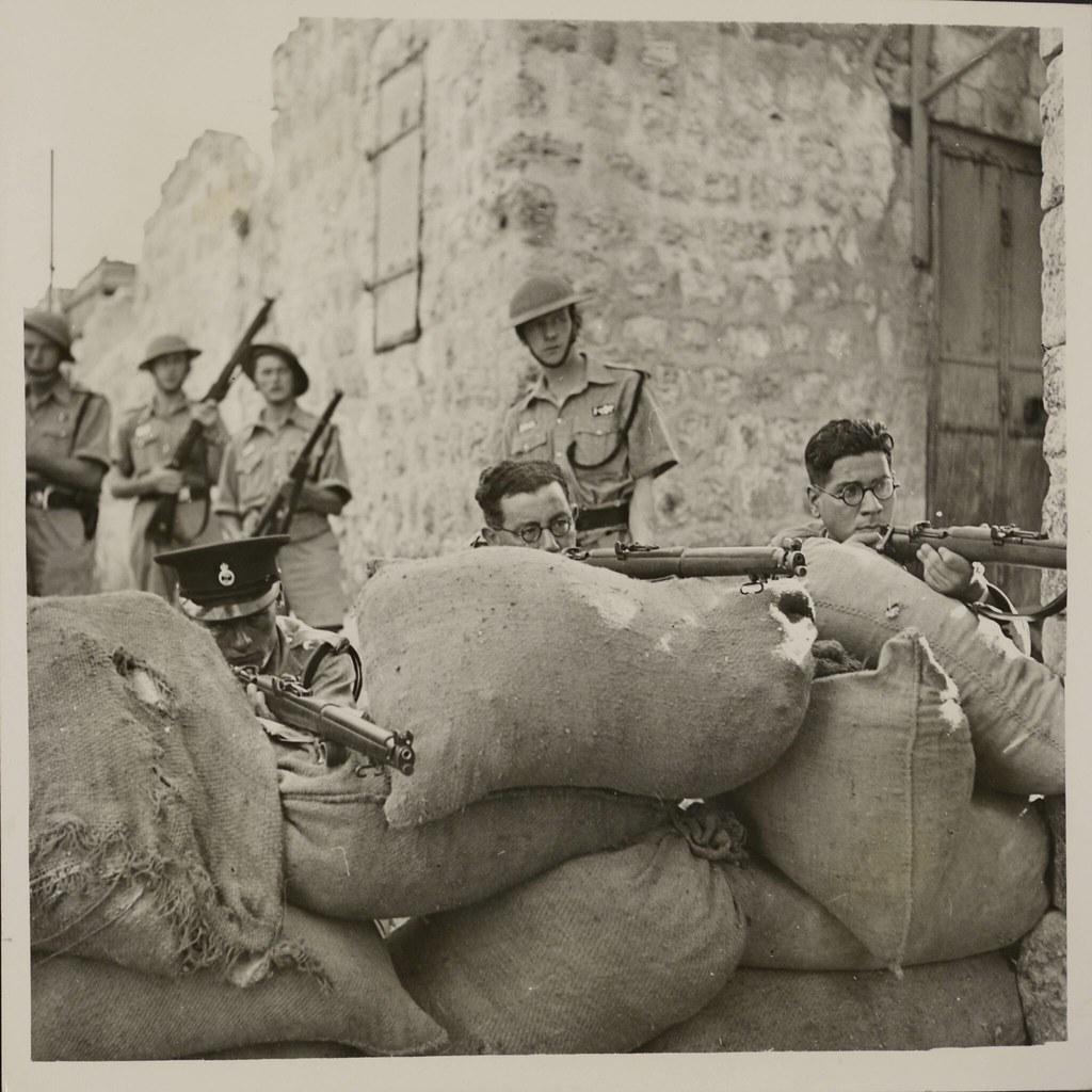 22. Комендантский час в Иерусалиме. Солдаты британской армии и палестинской полиции за мешками с песком у древней цитадели. 22 октября